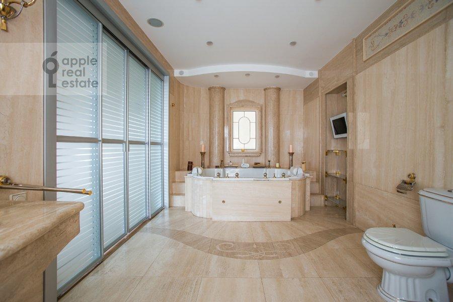 Bathroom of the 4-room apartment at Denezhnyy pereulok 14/3