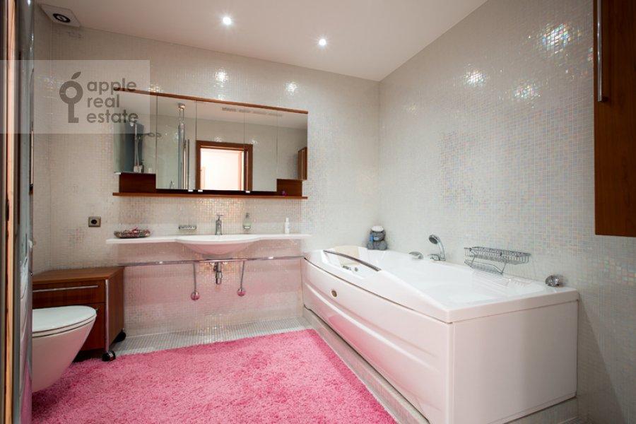 Bathroom of the 4-room apartment at Mozhayskoe shosse 2