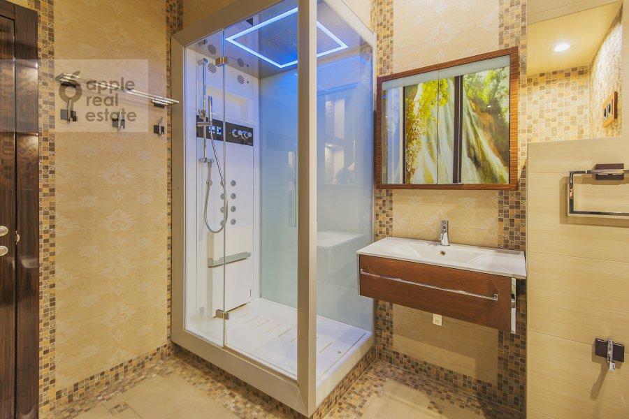 Bathroom of the 4-room apartment at Sosnovaya alleya 1