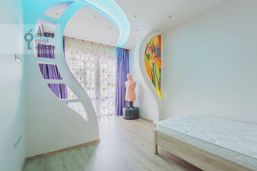 Children's room / Cabinet of the 4-room apartment at Sosnovaya alleya 1