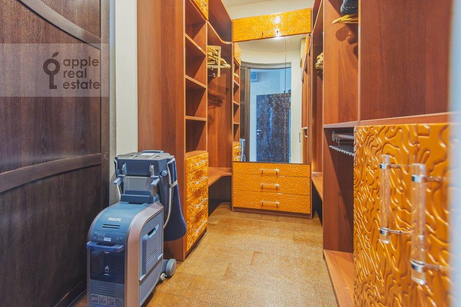 Гардеробная комната / Постирочная комната / Кладовая комната в 4-комнатной квартире по адресу Сосновая аллея 1