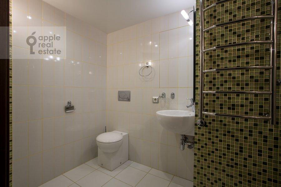 Bathroom of the 4-room apartment at Samotechnaya ul. 5
