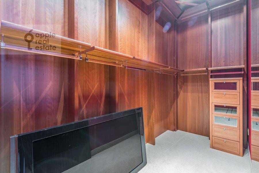 Гардеробная комната / Постирочная комната / Кладовая комната в 4-комнатной квартире по адресу Смоленский 1-й пер. 17