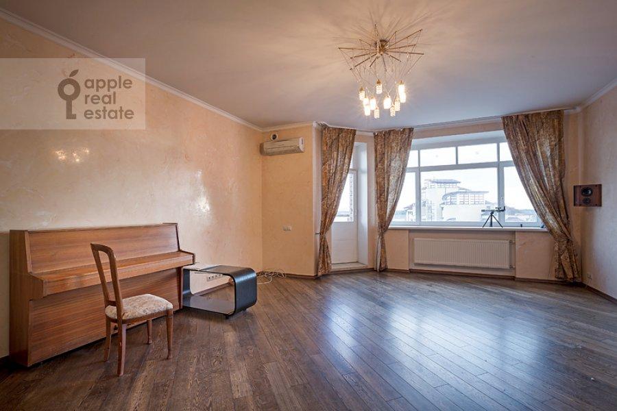 Living room of the 4-room apartment at Sosnovaya ul. 10