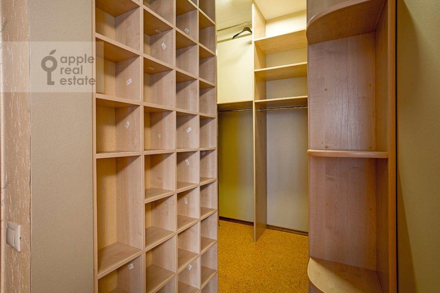 Walk-in closet / Laundry room / Storage room of the 4-room apartment at Sosnovaya ul. 10