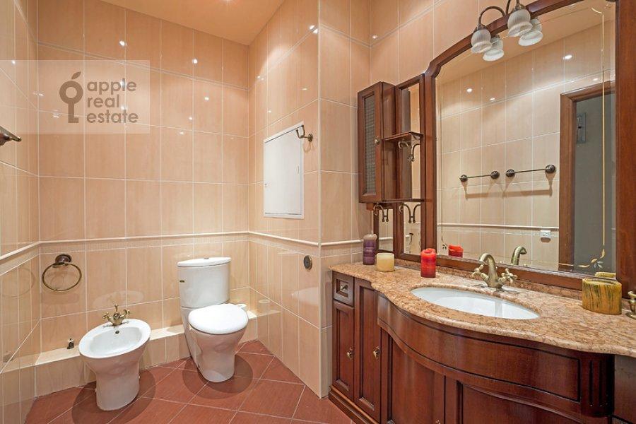 Bathroom of the 4-room apartment at Sosnovaya ul. 10