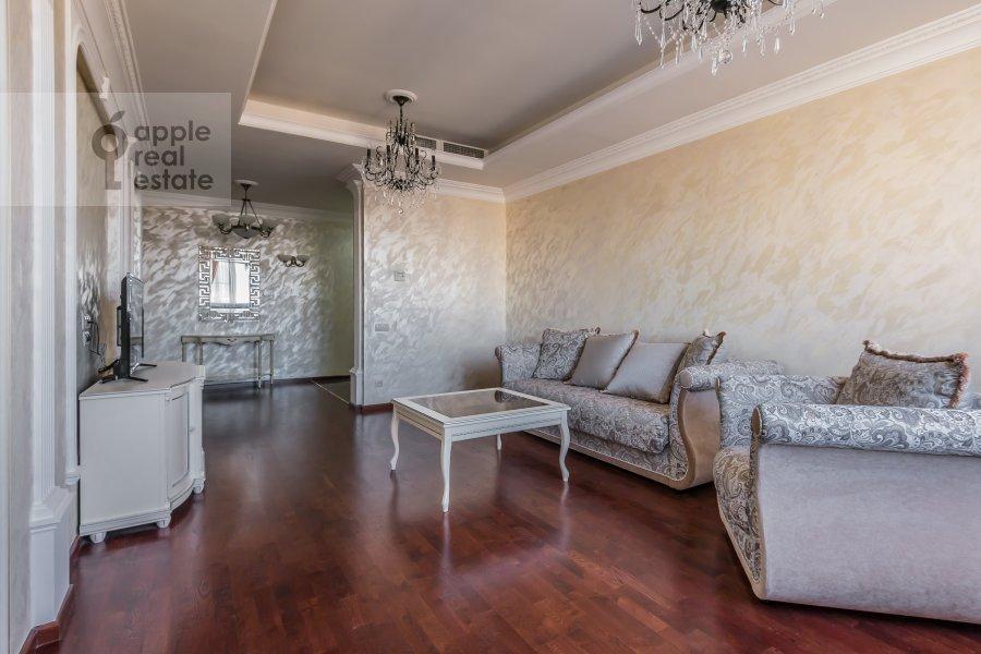 Living room of the 4-room apartment at Shmitovskiy pr. 20