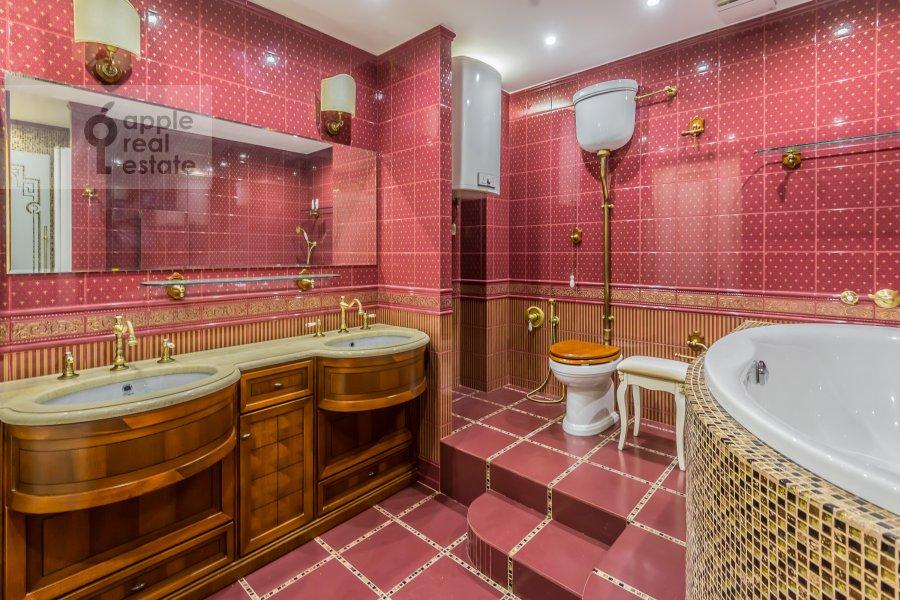 Bathroom of the 4-room apartment at Shmitovskiy pr. 20