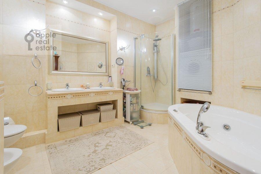 Bathroom of the 4-room apartment at Zamorenova ul. 21
