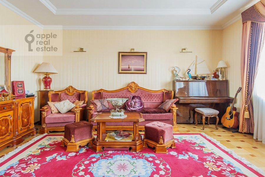 Living room of the 4-room apartment at Zamorenova ul. 21