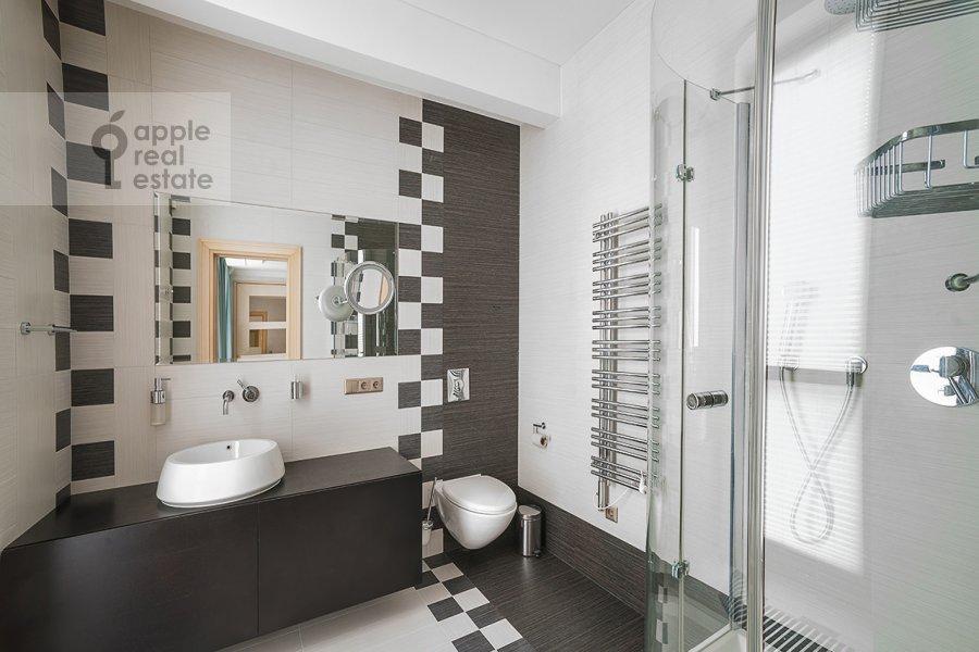 Bathroom of the 4-room apartment at Ostozhenka ul. 27k2