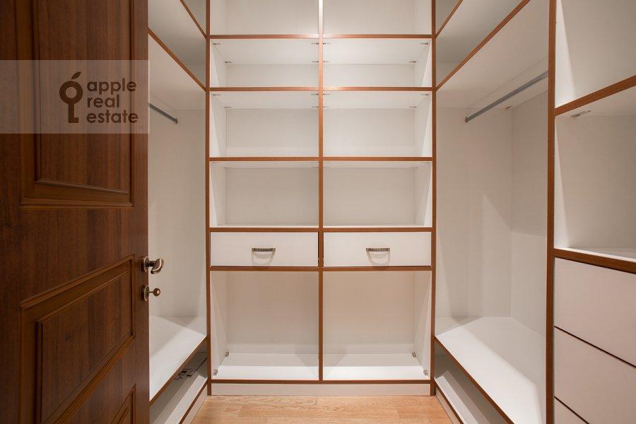 Гардеробная комната / Постирочная комната / Кладовая комната в 5-комнатной квартире по адресу Еропкинский пер. 16