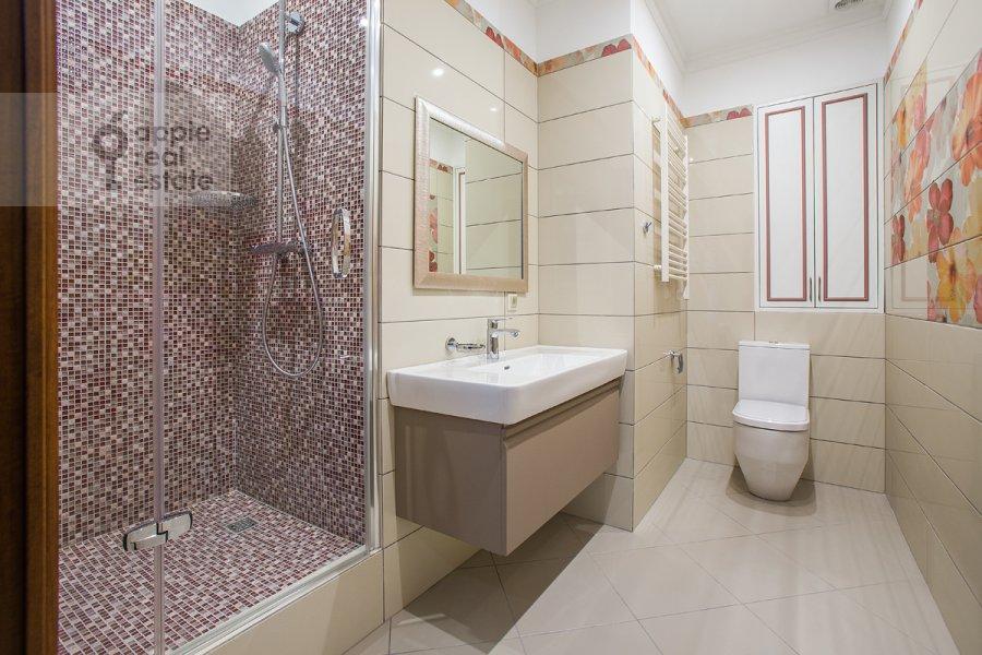 Bathroom of the 5-room apartment at Eropkinskiy per. 16