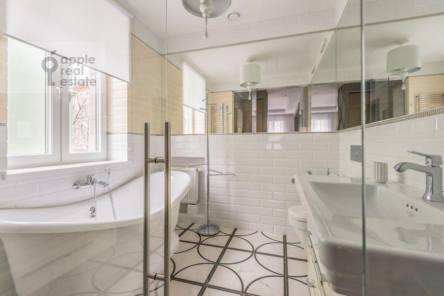 Bathroom of the 3-room apartment at Bogoslovskiy per. 12a