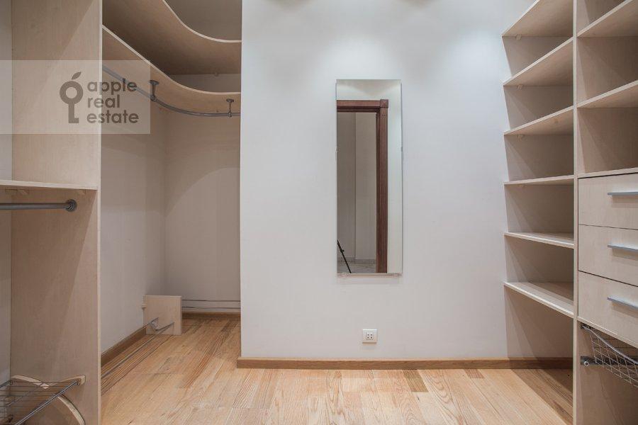Гардеробная комната / Постирочная комната / Кладовая комната в 6-комнатной квартире по адресу Мосфильмовская ул. 70к1