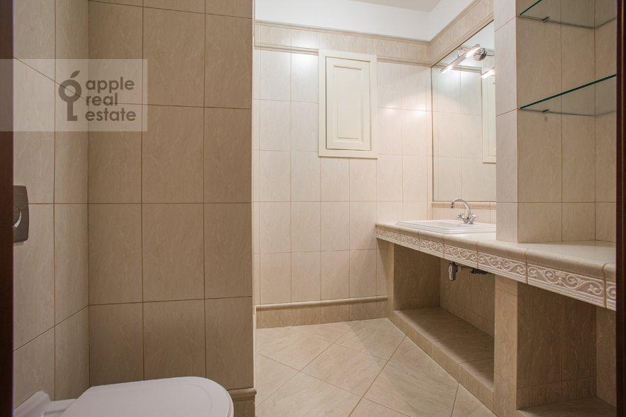 Санузел в 6-комнатной квартире по адресу Мосфильмовская ул. 70к1