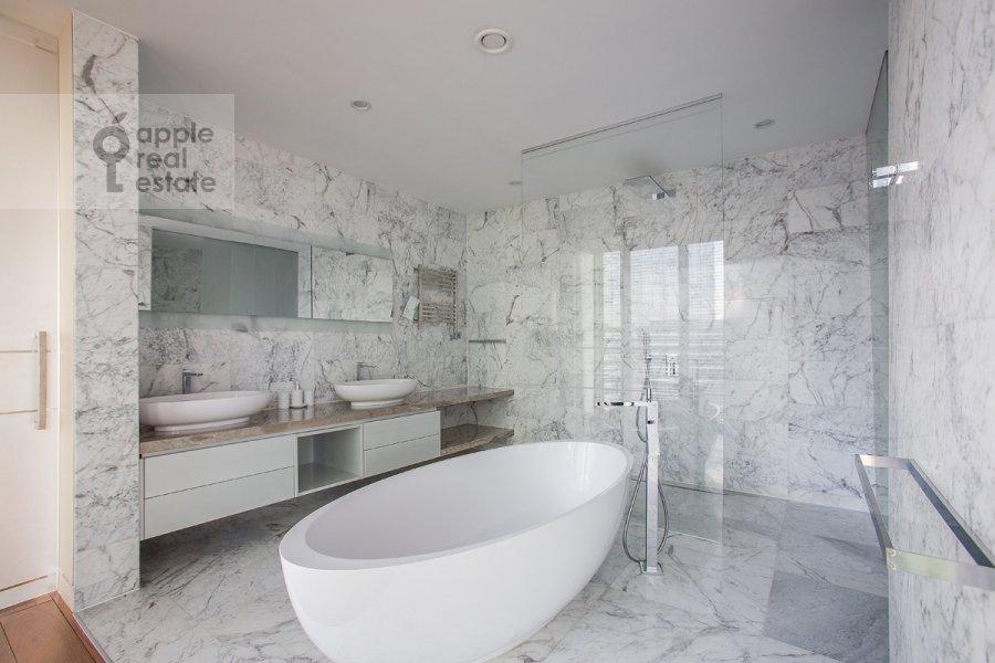 Bathroom of the 3-room apartment at 1-y Krasnogvardeyskiy proezd 21s1