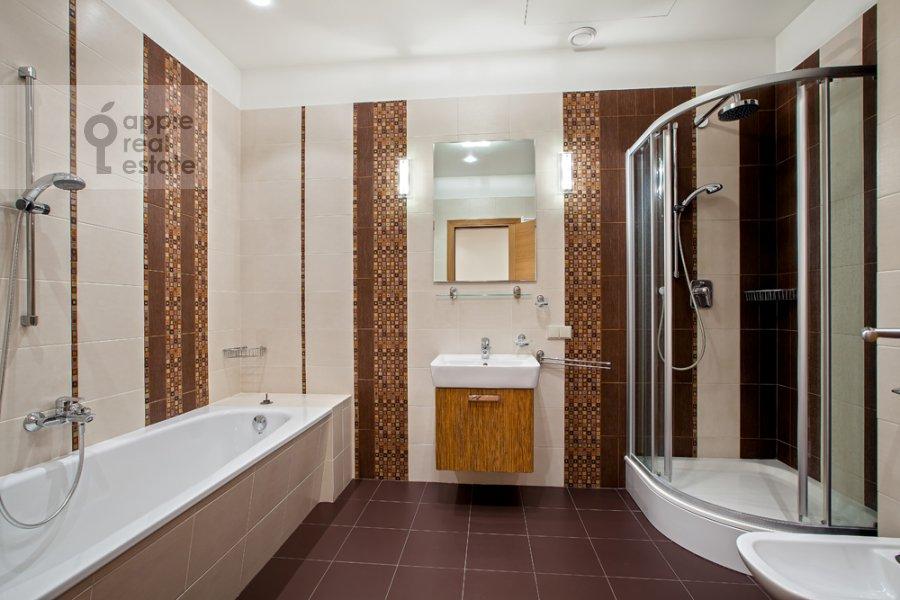 Bathroom of the 3-room apartment at Khlynovskiy tupik 4