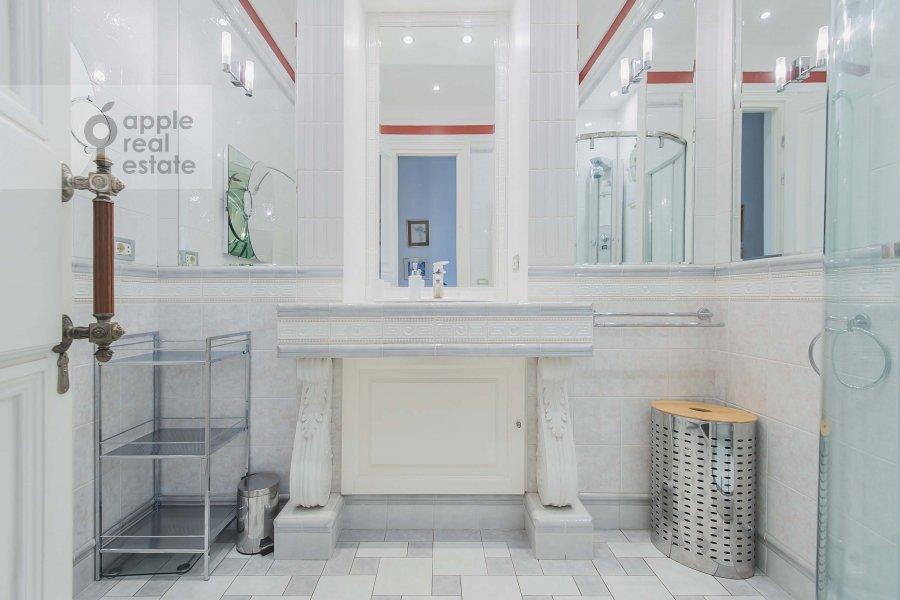 Bathroom of the 3-room apartment at Kotel'nicheskaya naberezhnaya 1/15