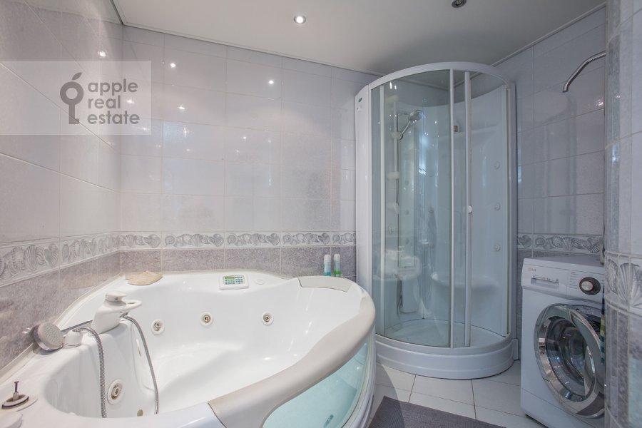 Bathroom of the 3-room apartment at Protochnyy pereulok 11