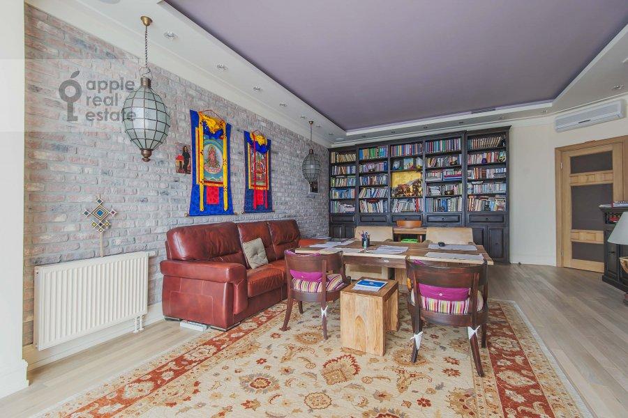 Living room of the 4-room apartment at Ozerkovskaya nab. 52A