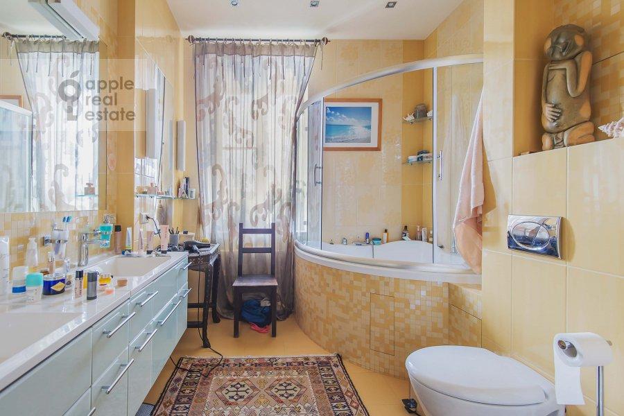 Bathroom of the 4-room apartment at Ozerkovskaya nab. 52A