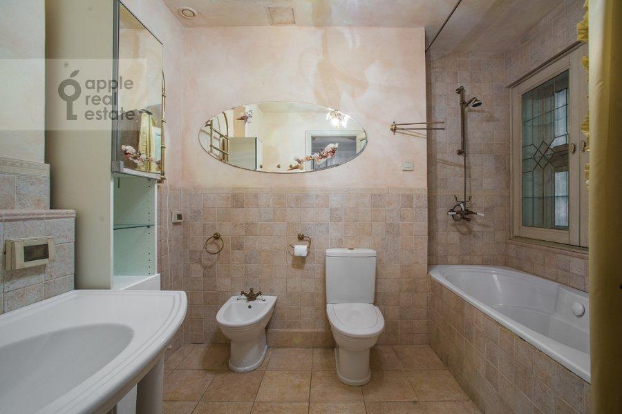 Санузел в 3-комнатной квартире по адресу Малый Козихинский переулок 14