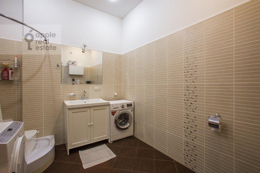 Санузел в 5-комнатной квартире по адресу Лаврушинский пер. 11к1