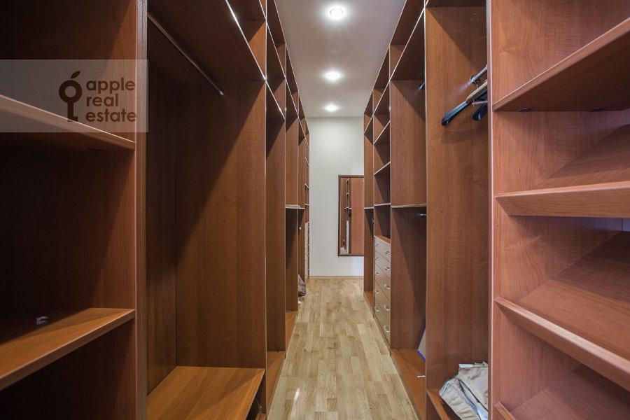 Гардеробная комната / Постирочная комната / Кладовая комната в 5-комнатной квартире по адресу Лаврушинский пер. 11к1