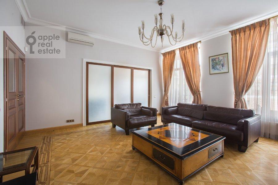 Гостиная в 5-комнатной квартире по адресу Лаврушинский пер. 11к1