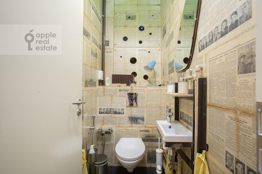 Bathroom of the 4-room apartment at Merzlyakovskiy pereulok 15