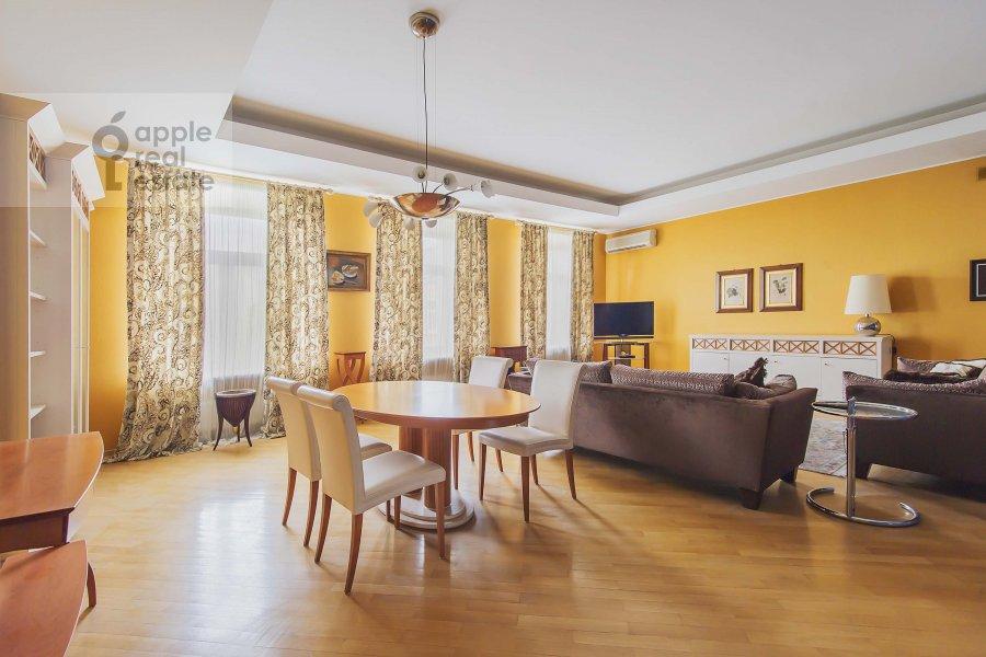 Living room of the 4-room apartment at Ostozhenka 7