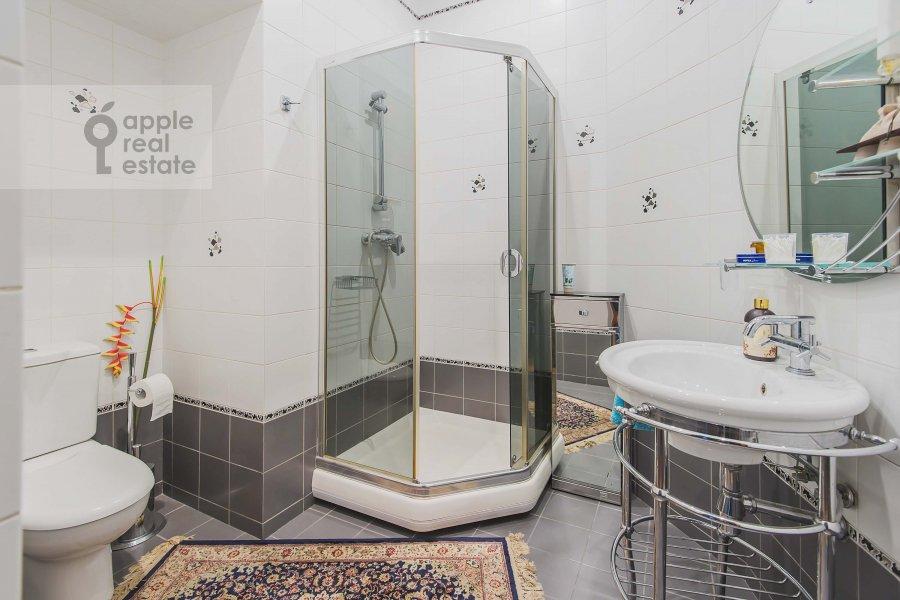 Bathroom of the 4-room apartment at Ostozhenka 7