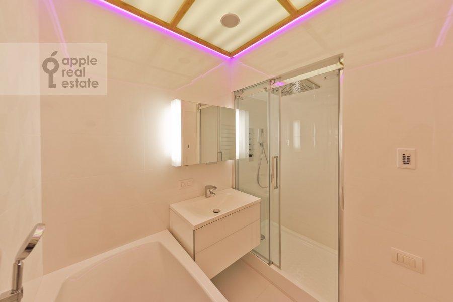 Bathroom of the 3-room apartment at Stanislavskogo ul. 11
