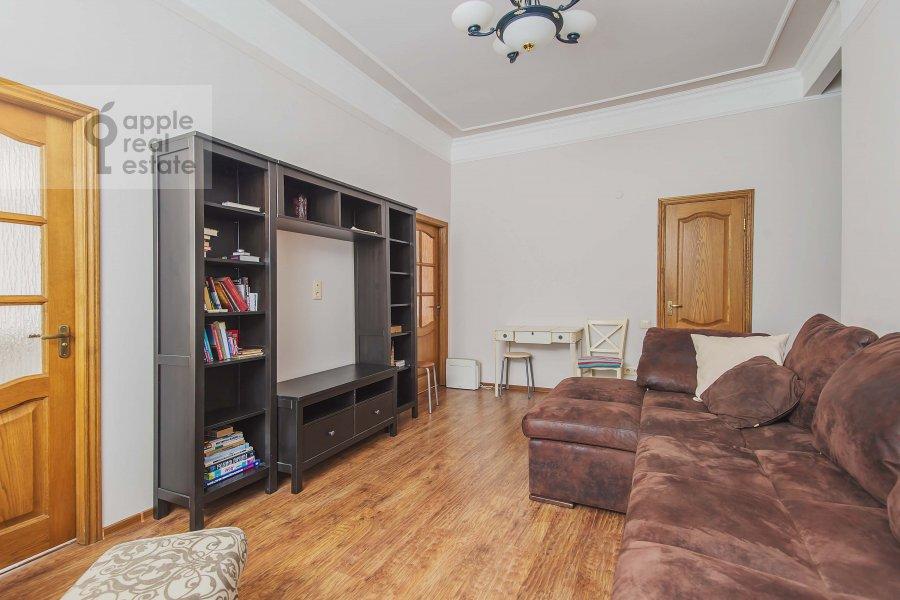 Living room of the 2-room apartment at 1-ya Tverskaya-Yamskaya ulitsa 12