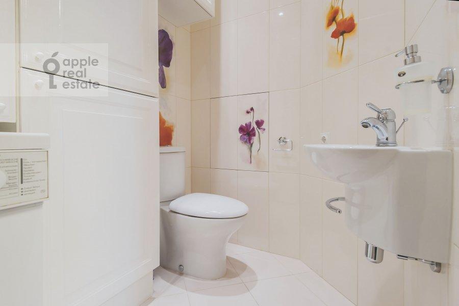 Bathroom of the 4-room apartment at Bronnaya Malaya ul. 25