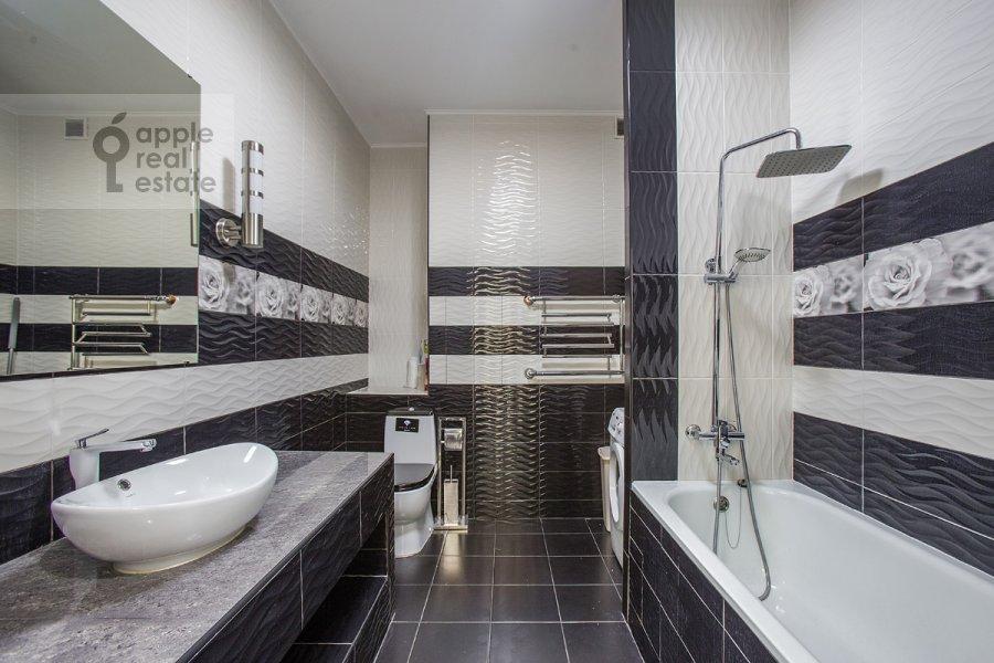 Bathroom of the studio apartment at Ramenki ul. 20