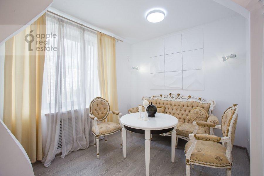Living room of the studio apartment at Ramenki ul. 20