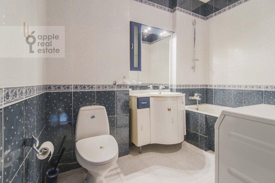 Bathroom of the 3-room apartment at Novinskiy bul'var 28/35s1