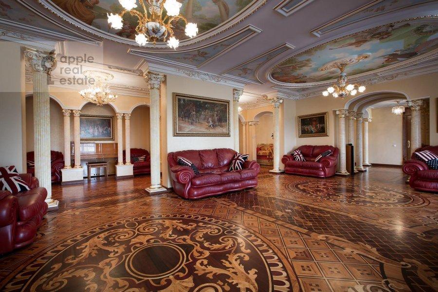 Living room of the 6-room apartment at Aviatsionnaya ul. 79